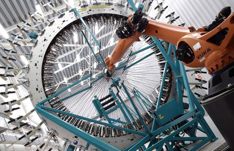 Машина радиального плетения угле- и стекловолокна композитного материала на заводе Artek Braiding