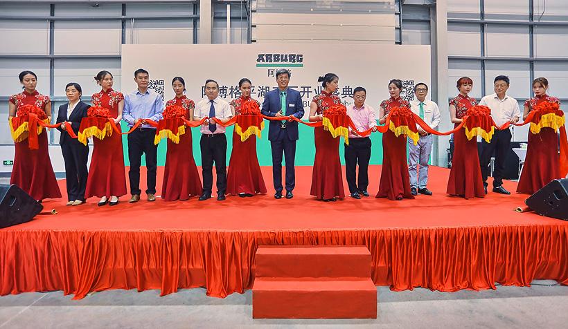 Управляющий директор компании Arburg в Китае Чжао Тонг перерезал ленту, чтобы официально открыть Arburg Technology Center в присутствии правительственных чиновников