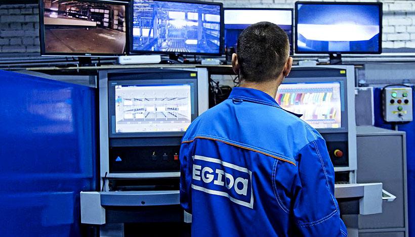 Оператор за пультом управления технологической линией по производству пенополиуретана