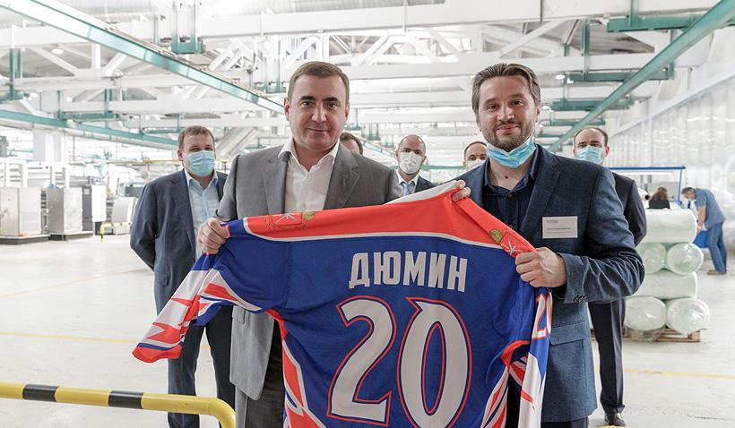 Губернатор Тульской области Алексей Дюмин получил от генеральный директор компании «Фабрикс» Павел Радель хокейную форму из ткани нового производства