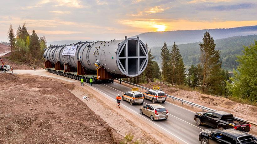 Перевозка колонны закалочной воды длиной в 54,6 метра и весом в 305 т на стройплощадку завода полимеров в районе Усть-Кута