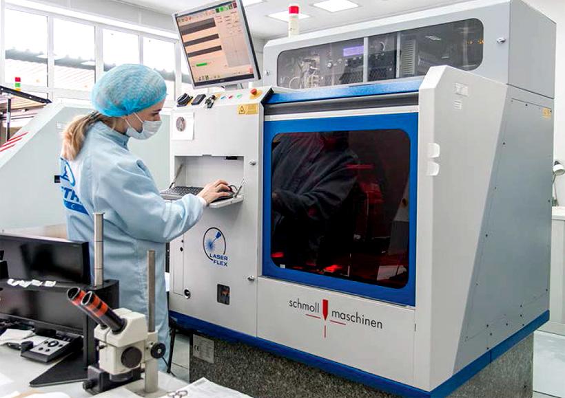 ИСС изготовили первые образцы гибких печатных кабелей на полиимидной плёнке. Фото: «Сибирский спутник»