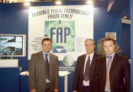 Луиджи Поли (Luigi Poli) с сыновьями на международной выставке К-2004 в Дюссельдорфе