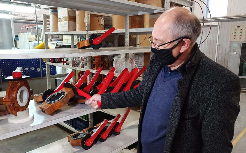 Директор предприятия «Константа-2» Константин Зерщиков демонстрирует запорную арматуру из полимерных композитных материалов, изготовленную на новом оборудовании