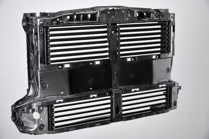 В каркасе передка размещен активно управляемый блок из четырех групп заслонок для радиаторной решетки, которые позволяют точно управлять подачей воздуха в систему охлаждения. Фото: LANXESS AG
