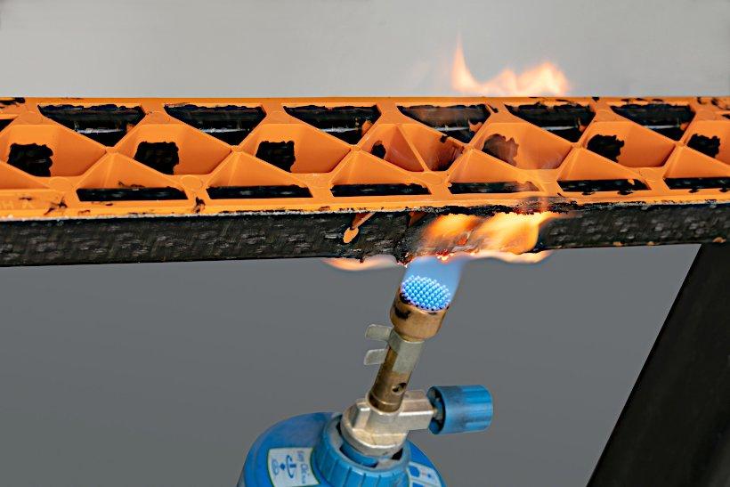 Собственное испытание LANXESS на огнестойкость на опытном несущем элементе: черный несущий профиль выполнен из одного из новых материалов Tepex, ребристая структура оранжевого цвета — из не содержащего галогенов огнестойкого полиамида-6 Durethan. При выкл