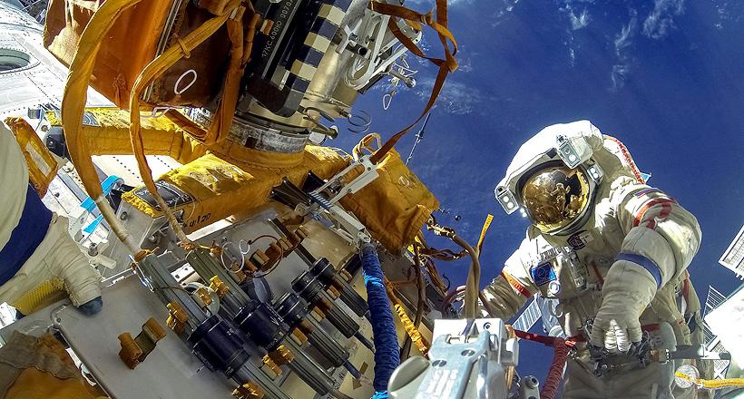 Российский космонавта в открытом космосе на Международной космической станции. Фото:«Роскосмос»
