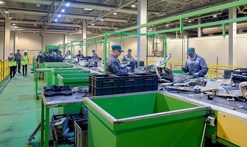 Линия утилизации на заводе, куда поступает собранная в «М.Видео» и «Эльдорадо» техника, перерабатывает электронику на 80–90% во вторичное сырье, которое в дальнейшем используется для производства новых товаров