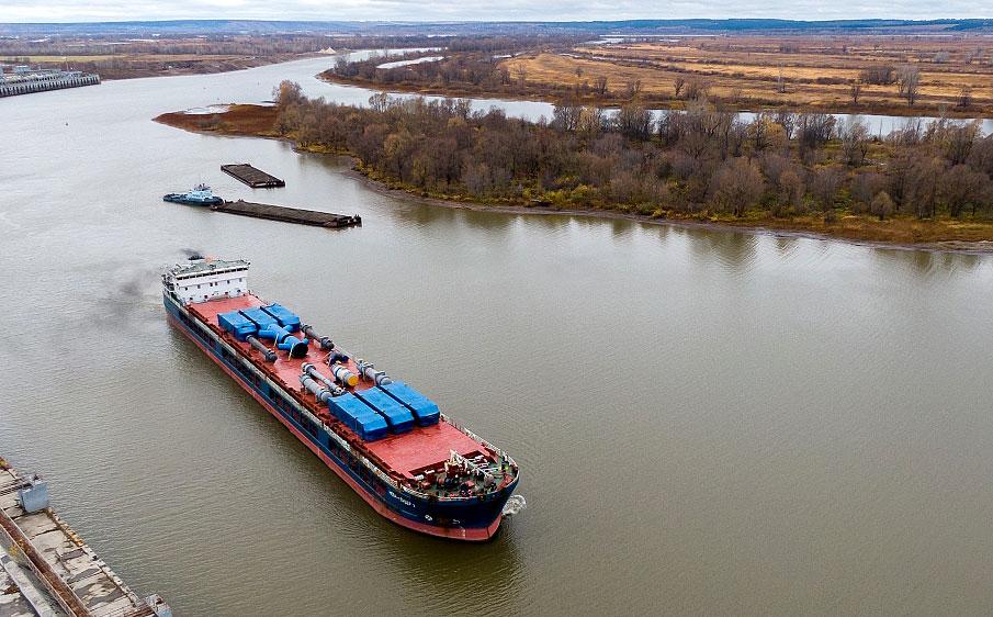 Судно «Нева-Лидер 2», преодолев путь длиною в 3 тыс. км доставило 61 единицу технологического оборудования для завода этилена ЭП-600 ПАО «Нижнекамскнефтехим»