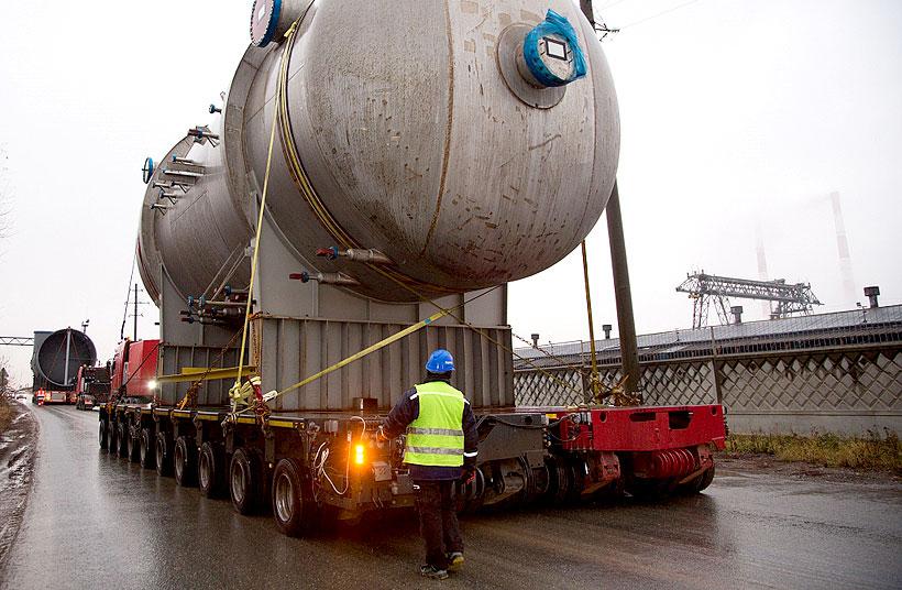 В ночь с 6 на 7 ноября 2020 года на стройплощадку ЭП-600 были доставлены емкость холодной продувки весом более 45 тонн и факельный сепаратор весом 130 тонн