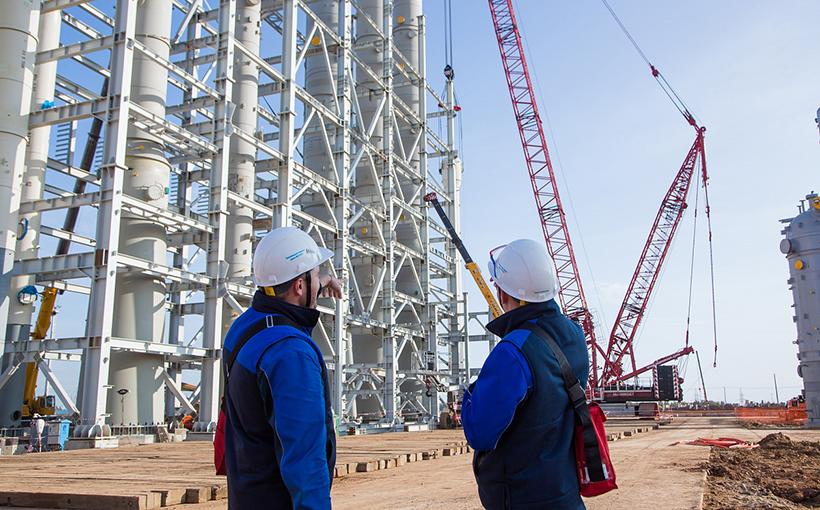 Строительная площадка этиленового комплекса Нижнекамскнефтехим ЭП-600. подъем и монтаж последней колонны высотой 33 метра и весом 40 тонн из числа всего колонного оборудования, предназначенного для установки дивинила