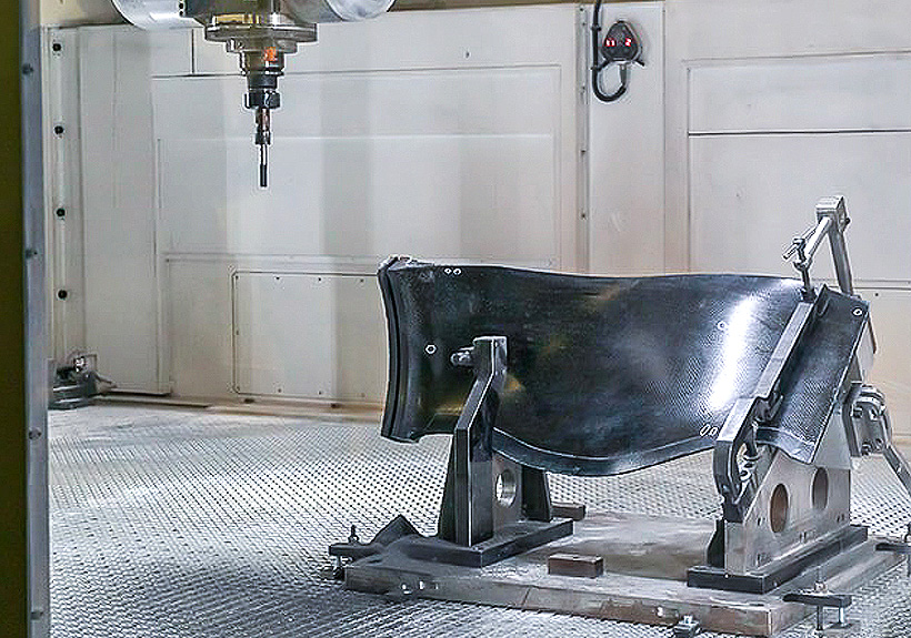 Рабочая лопатка вентилятора из полимерных композиционных материалов производится с использованием препреговой технологии, формирования трехмерного тканого армирующего каркаса с последующей пропиткой под давлением в пресс-форме и полимеризацией