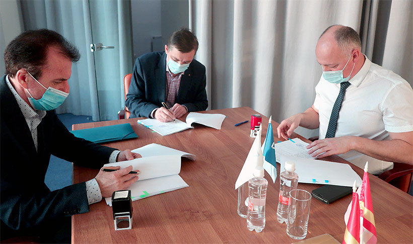 Директор регионального ФРП Сергей Казаков и директор «Союз-Полимер» Юрий Фендель подписали договор целевого займа по программе Фонда «Проекты развития»