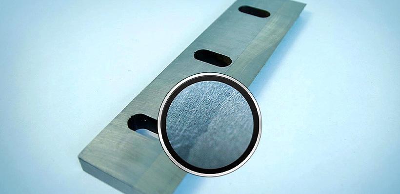 Метод плазменной наплавки имеет уникальные, присущие только этому способу изготовления ножей, свойства – он не только восстанавливает активную металлическую поверхность из оксидных пленок на наплавляемых частицах, но даже очищает от оксидов саму поверхнос