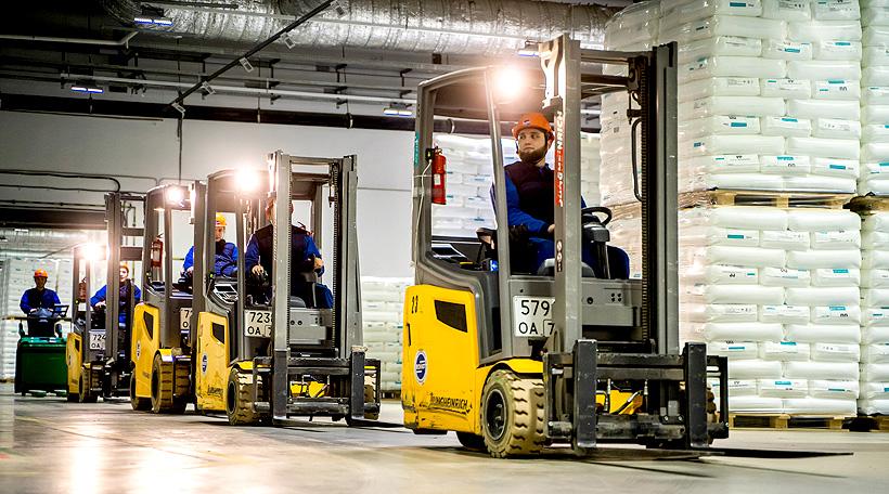 Вилочные погрузчики на складе полипропилена завода «ЗапСибНефтехим» в Тобольске