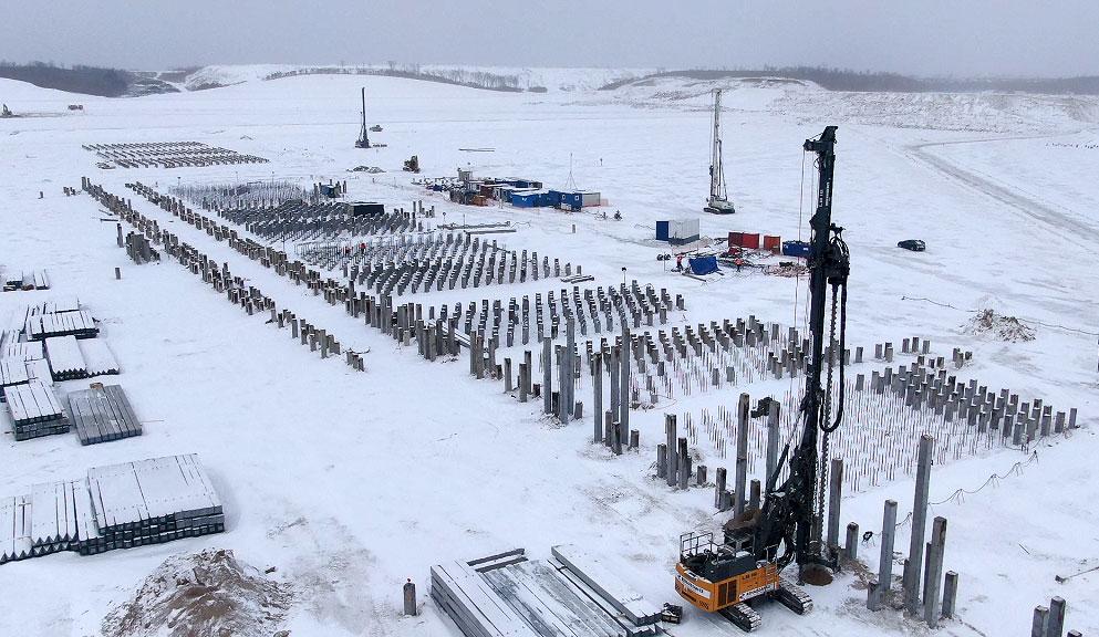 На площадке АГХК погружают сваи под фундамент установки пиролиза. В общей сложности в основание ключевого технологического элемента будущего комплекса планируется забить более 30 тысяч свай