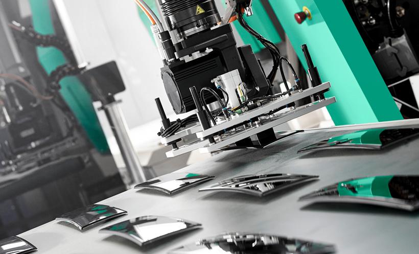 Совместный проект Arburg и Leonhard Kurz: робот MULTILIFT V 40 аккуратно перемещает панели стиральной машины после завершения процесса декорирования их поверхности
