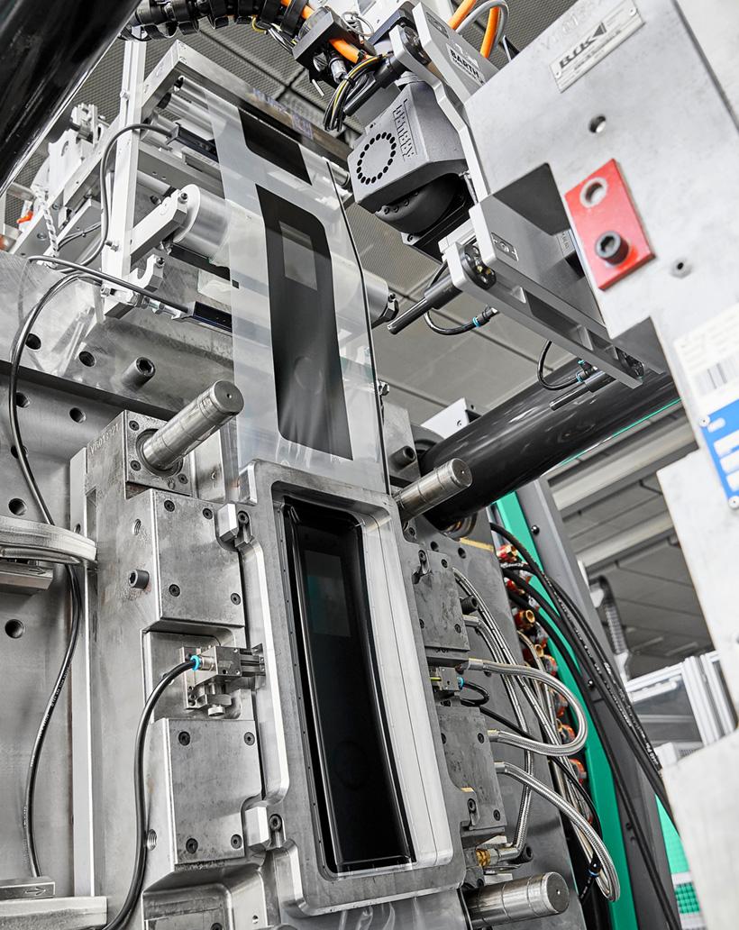 Точное время: при ламинировании пластмассовой панели в пресс-форме бесконечная пленка протягивается из устройства подачи разработанной Leonhard Kurz через литьевую форму и фиксируется прижимной рамой