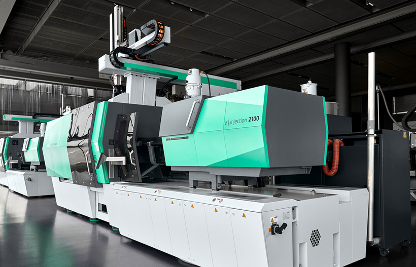 Полностью электрический термопластавтомат ARBURG серии Allrounder 820 A с усилием смыкания 4000 кН производит высококачественные декоративные панели для стиральных машин с использованием инновационной технологии IMD от Leonhard Kurz