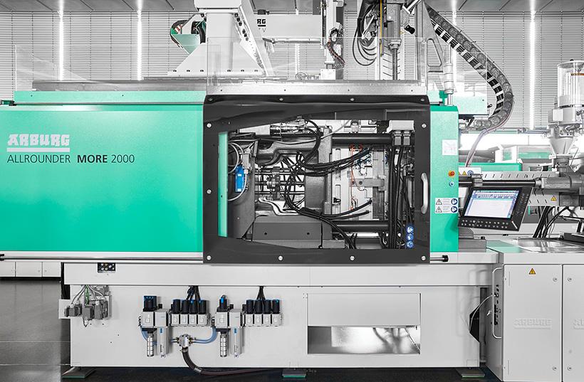 Увеличенное пространство для установки пресс-форм у термопластавтомата ARBURG  Allrounder More обеспечивает больше места для больших форм и удобную смену форм