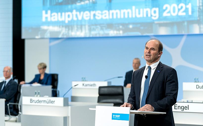 Генеральный директор BASF д-р. Мартин Брудермюллер (Martin Brudermuller) во время выступления на виртуальном общем собрании концерна