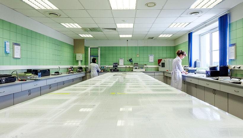Лаборатория железнодорожненского филиала БИАКСПЛЕН с контролем качества выпускаемой БОПП-пленки
