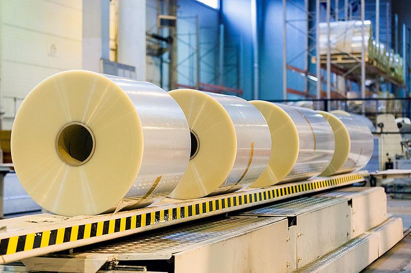 Робот, клеящий этикетки, установлен на производстве «Биаксплен» в Томске