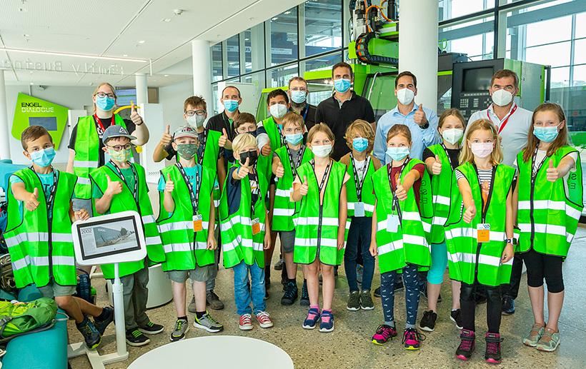 Перед практическим уроком Детского университета Верхней Австрии на заводе ENGEL