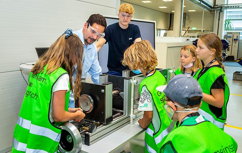 С помощью макета литьевой машины дети познакомились с процессом литья под давлением