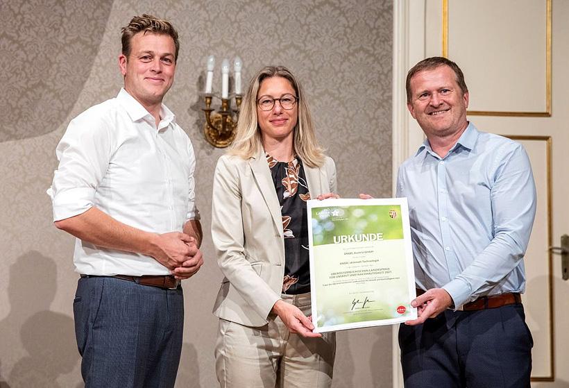 Поздравления с премией принимают сотрудники ENGEL (справа) — Уте Панцер и Гюнтер Кламмер