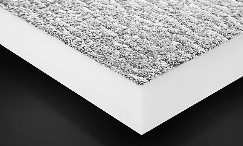 Слой листа из вспененного полиэтилена покрытый алюминиевой фольгой на оборудовании