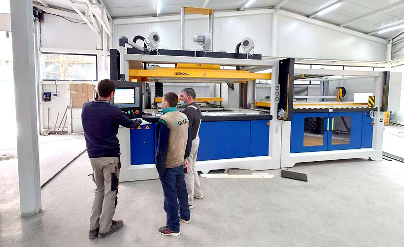 Сервис-инженер «Гайсс РУС» проводит обучение сотрудников ROISON работе на оборудовании GEISS
