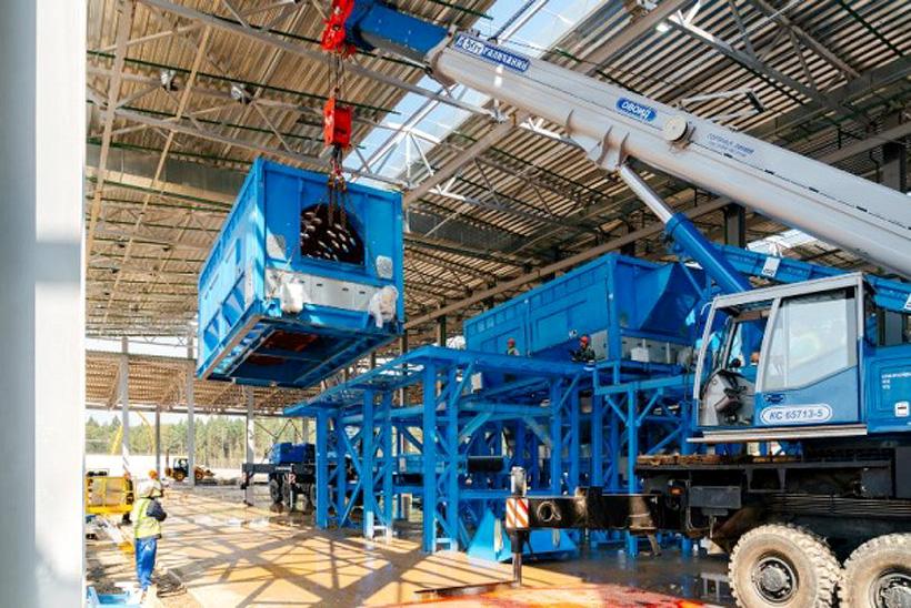 Большегруз с 15-тонным барабанным сепаратором на стройплощадке  комплексе переработки отходов «Нева» Группы ЭкоЛайн