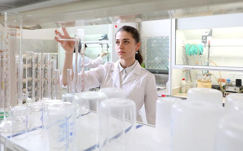 Сотрудник в лаборатории «Компании Хома» где разрабатываются акриловые, винилацетатные и сополимерные дисперсии, водно-дисперсионные клеи, полиуретановые клеи и другие материалы