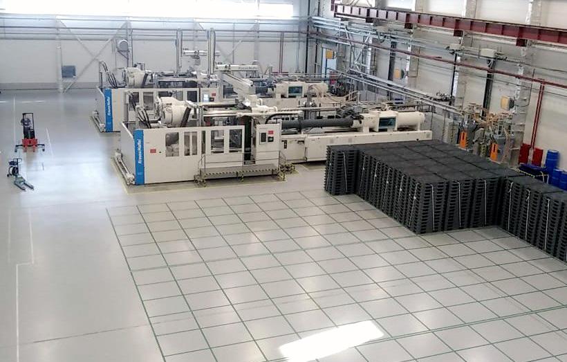 Цех «Ай-Пласт» для литья поддонов с установленными двумя термопластавтоматами с усилием смыкания 2700 тонн германской компании KraussMaffei