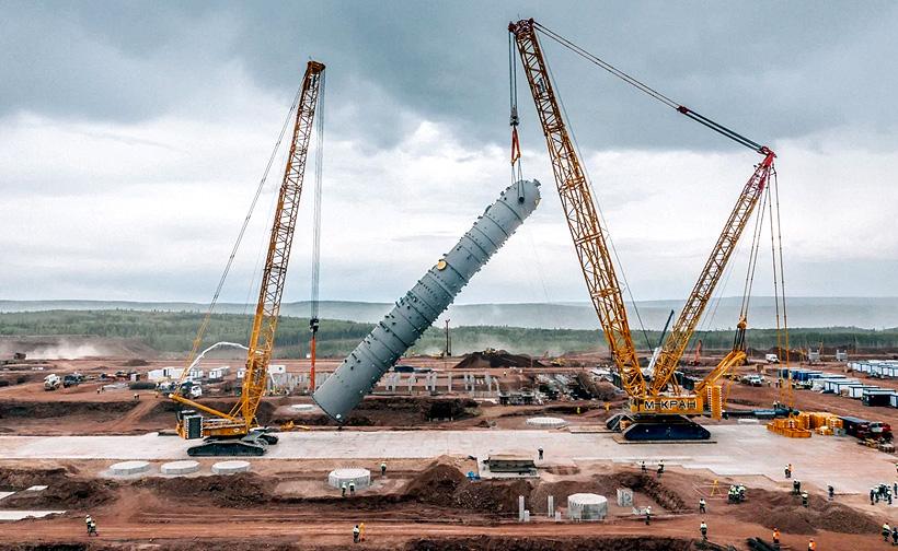 Уставновка колонны закалочной воды комплексной установки пиролиза высотой 54,6 метра и весом в 271,5 тонн на Иркутском заводе полимеров в июне 2021 года