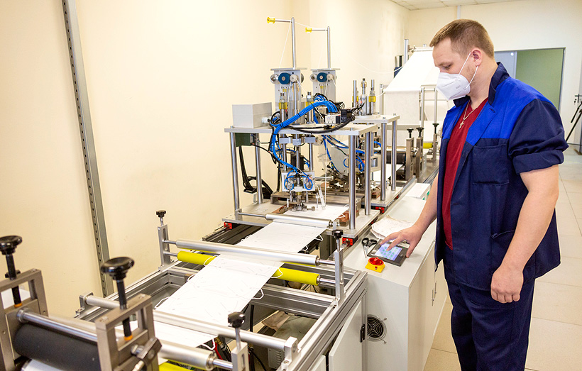 Первая линия по выпуску защитных масок, запущенная в июле 2020 года на КАМАЗе, имеет производительность 250 тыс шт. изделий в месяц