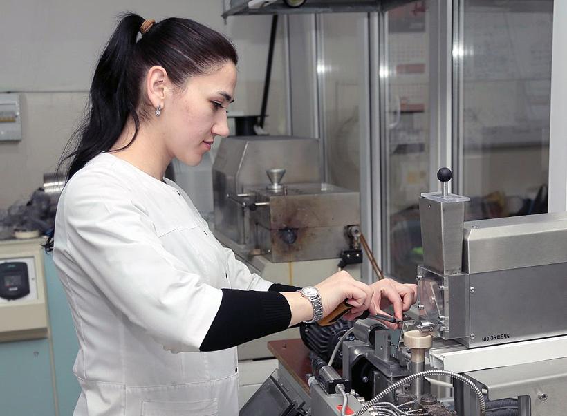 Сотрудница Кабардино-Балкарского госуниверситета им. Х.М. Бербекова лаборатории прогрессивных полимеров