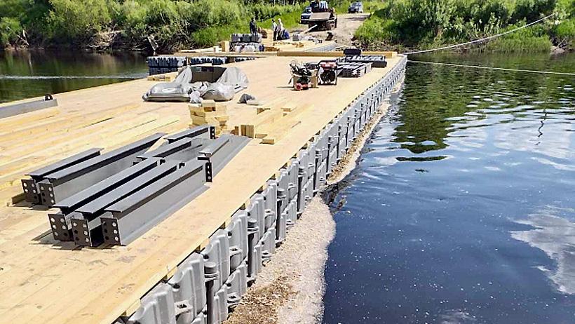 Мост из полимерных модульных понтонов UMATEX установленный через реку Емца в Архангельской области