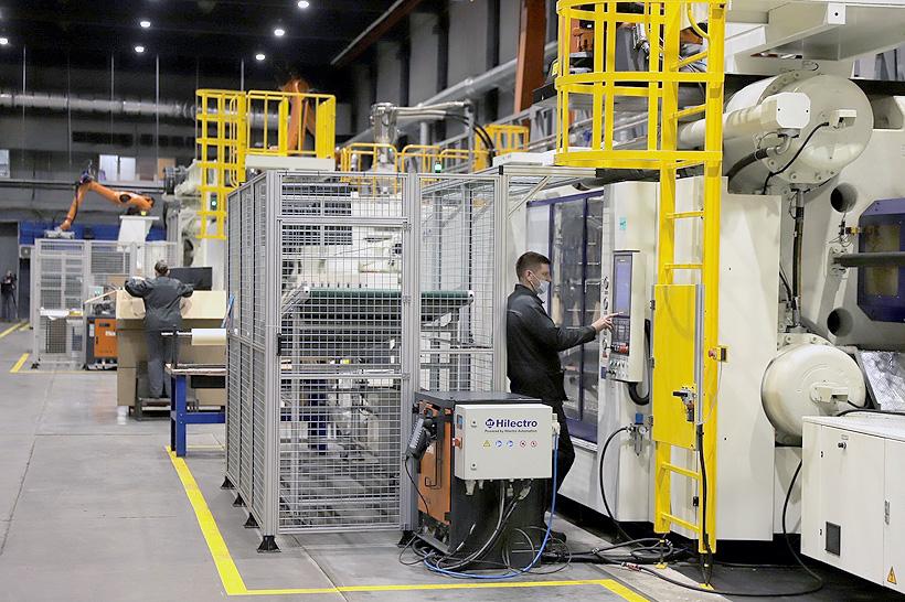 На участке «Пластматика»установлены крупногабаритные роботизированные термопластавтоматы производства HAITIAN Plastics Machinery