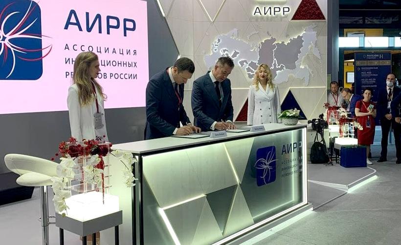Генеральный директор ППК «РЭО» Денис Буцаев и Председатель правления ПАО «СИБУР Холдинг» Дмитрий Конов подписали Соглашение о совместной переработке отходов ПЭТФ