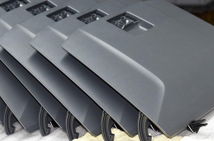 Пластмассовые компоненты деталей интерьера автомобилей ГАЗ, производимые на предприятии САПТ