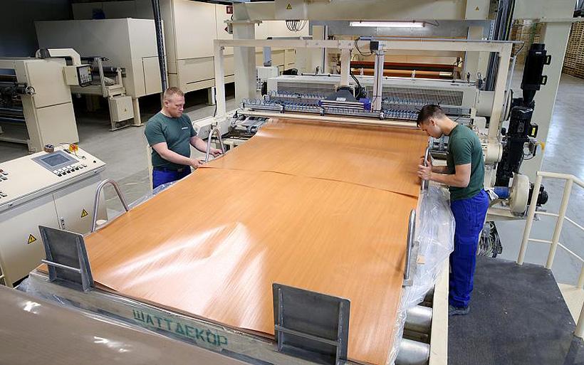 Декоративная пленка Schattdecor пропитана композицией синтетических смол и предназначена для использования в производстве мебели и строительных материалов: стеновых панелей и ламината