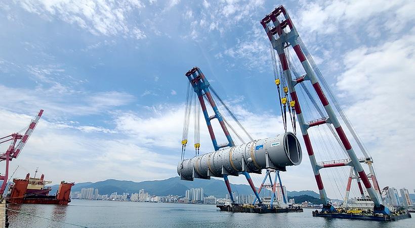 Погрузка колонны пиролиза этилена для Амурского газохимического комплекса в южнокорейском порту Масан