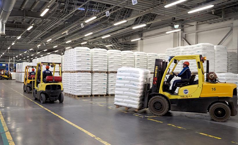 Склад готовой продукции: полиэтилена и полипропилена, на заводе ЗапСибНефтехим в Тобольске