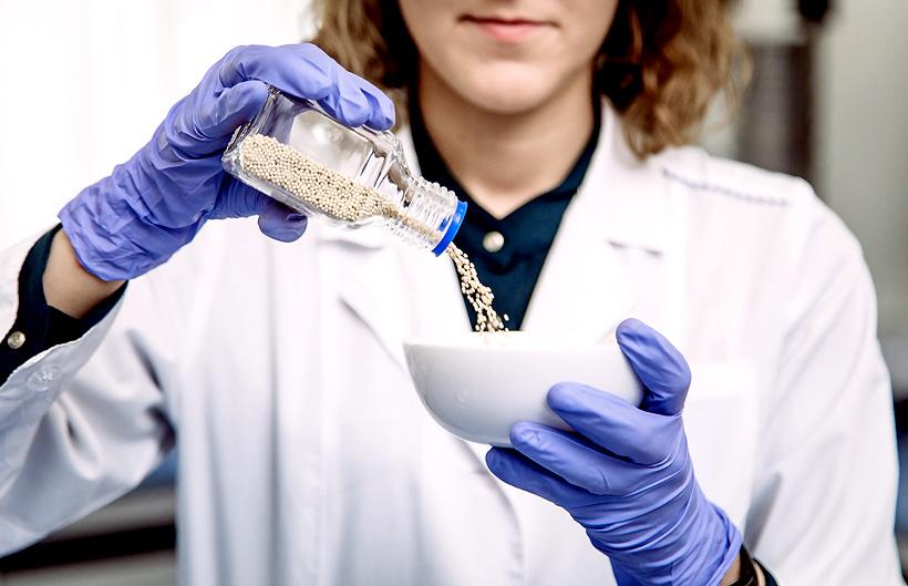 Сотрудница НИОСТ СИБУР с катализаторами органицеского синтеза. В общей сложности в процессе создания нового антипирена было подано 5 заявок на патент