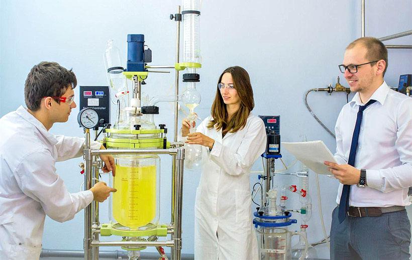Игорь Сиротин, декан факультета нефтегазохимии и полимерных материалов РХТУ, вместе с командой в процессе разработки новых полимерных материалов