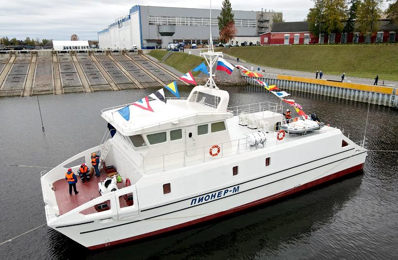 Научно-исследовательское судно «Пионер-М» водоизмещением 114 т катамаранного типа с корпусом из композитных материалов