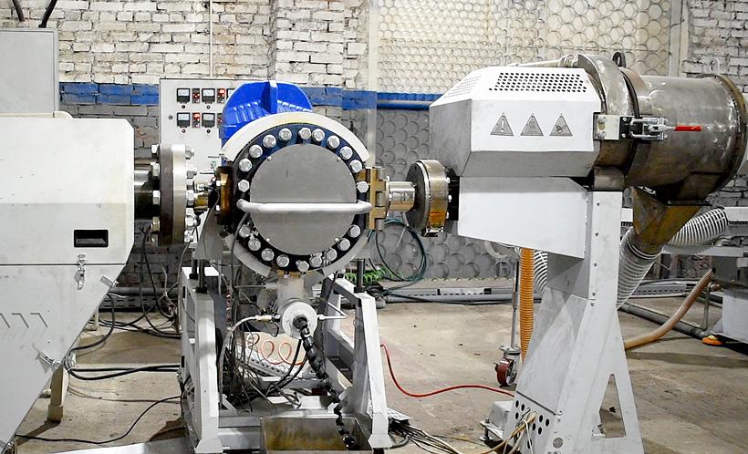 Фильтр расплава предназначен для непрерывной фильтрации полимерного расплава, который  поступает в корпус фильтра, где находятся два фильтрующих элемента
