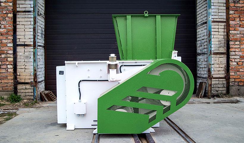 Мощный шредер «СтанкоПЭТ»  марки СТАНКО ШР-1.600М позволяет измельчать самые сложные в переработке полимерные материалы